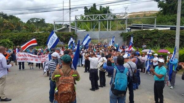 Empleados Públicos bloquearon este viernes por algunas horas, el ingreso de camiones recolectores de basura al relleno de El Huaso el Desamparados. Foto: Anep.