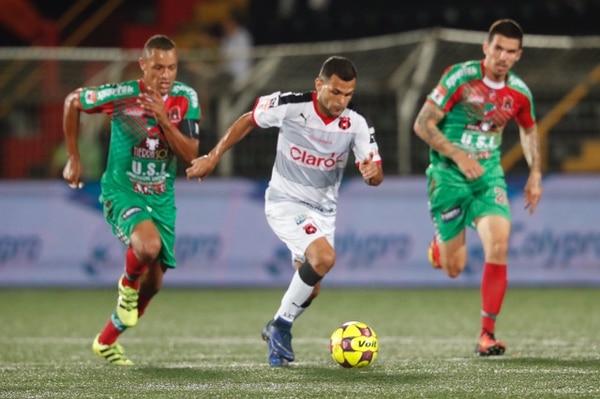 José Luis Cordero supera la marca de dos rivales en el juego contra Carmelita.