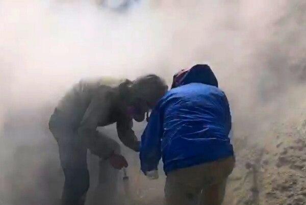 Los científicos del Ovsicori, Maarten de Moor y Alejandro Rodríguez, toman muestras de gas en una fumarola dentro del cráter del volcán Turrialba, a unos 50 metros del borde oeste. Foto: Cortesía Ovsicori.