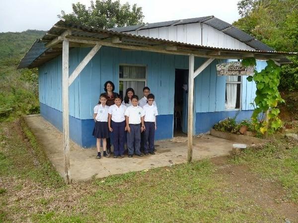 Ligia Román atiende a sus siete estudiantes de la Escuela de Quebradas. Entre ellos hay dos de tercer grado, tres de quinto y uno de sexto. Román es maestra ahí desde que el centro se fundó en el 2003. | ALEJANDRO MÉNDEZ.