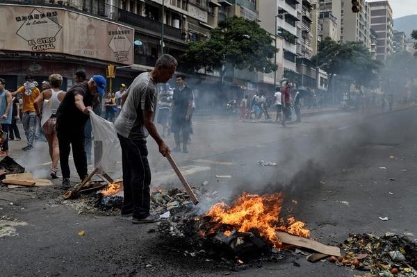La gente protesta por la falta de servicio de agua y electricidad durante un nuevo corte de energía en Venezuela, en la avenida Fuerzas Armadas, en Caracas, el 31 de marzo del 2019. Foto: AFP