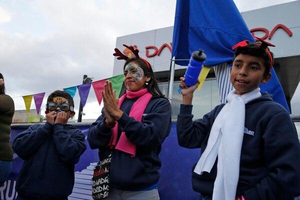 ¡Expectativa! A minutos para que iniciara el Festival de la Luz, Byron Briceño (izquierda), Karen Arias y Steven Briceño, de Alajuelita, muestran sus rostros llenos de ilusión. Fotos: Mayela López