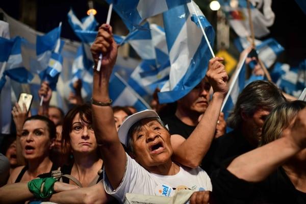 Seguidores del candidato peronista Alberto Fernández festejaron su victoria electoral, este domingo 27 de octubre del 2019 en Buenos Aires.