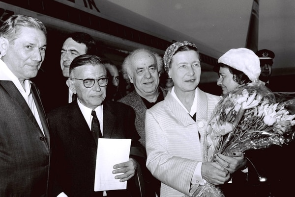 Foto: Wikimedia Commonns/Israel, Photography dept. Goverment Press Office French philosopher-writer Jean Paul Sartre and writer Simone De Beauvoir arriving Israel and welcomed by Avraham Shlonsky and Leah Goldberg at Lod airport (14/03/1967)