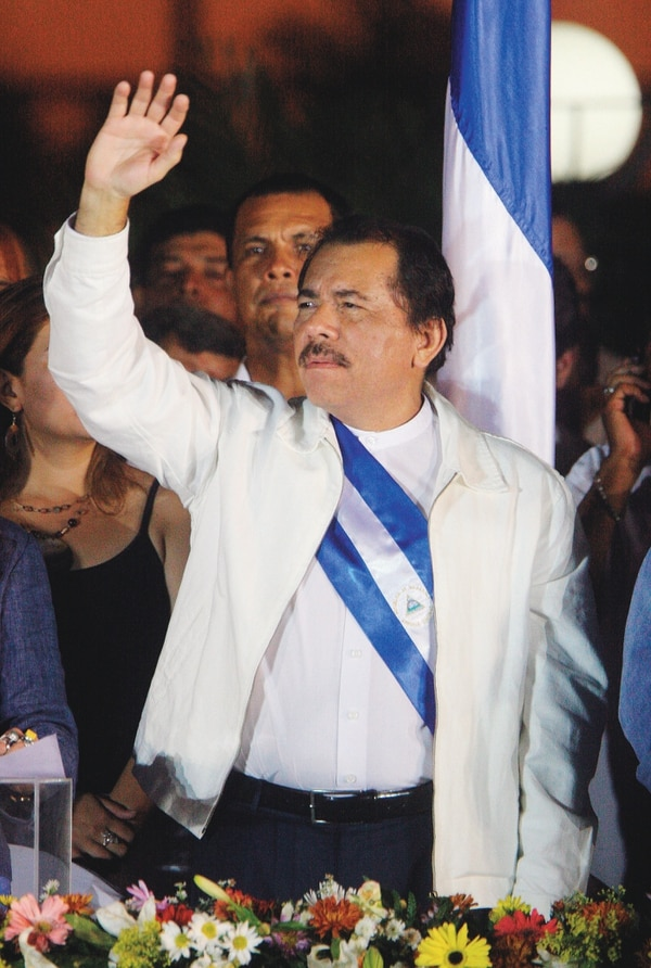 El presidente de Nicaragua, Daniel Ortega, saluda a seguidores en la inauguración del Consejo del Ciudadano, en noviembre del 2007, en Managua.