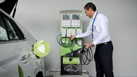 Empresas con vehículos eléctricos alaban ahorro, pero reclaman más centros de recarga