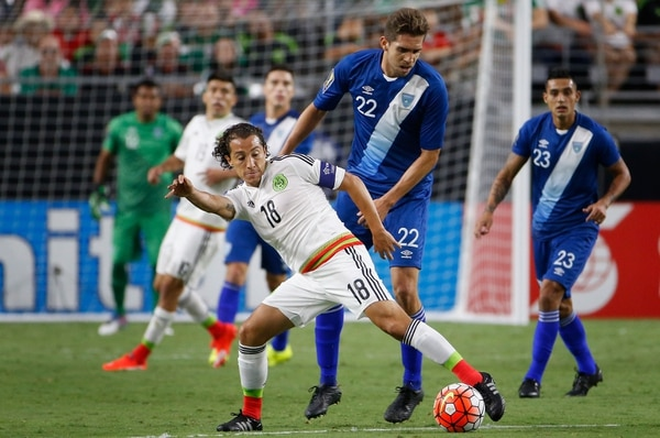 Andres Guardado (18) de México controla el balón ante la presión del jugador de Guatemala Minor López.