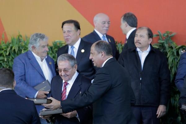 El presidente, Luis Guillermo Solís, se reencontrará con el mandatario cubano, Raúl Castro, en La Habana. Ambos habían coincidido en enero en Costa Rica en la cumbre de Celac, con el hoy exmandatario uruguayo, José Mujica; el presidente de Panamá, Juan Carlos Varela; y el de Nicaragua, Daniel Ortega.   ALBERT MARÍN