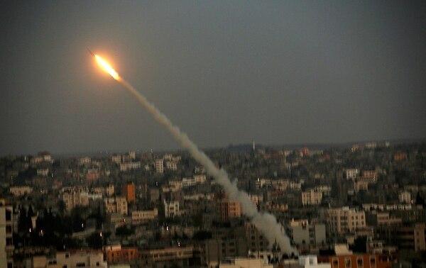 Un cohete M75 lanzado el miércoles desde la costa hacia territorio israelí por el grupo Ezz Al-Din Al Qassam, brazo armado del movimiento Hamás.