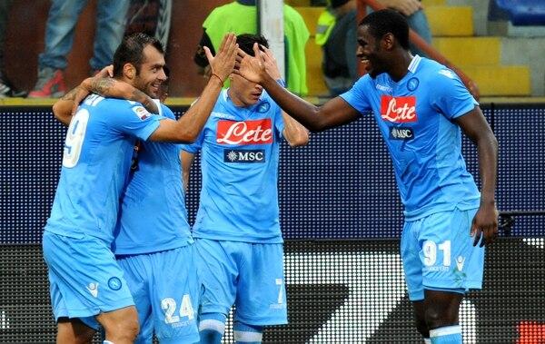 Jugadores del Nápoles celebran uno de sus dos goles ante el Génova.