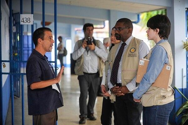 El jefe de misión de observación electoral de la OEA para las elecciones municipales de Costa Rica, Edgardo Ortuño (de corbata), en su visita al Liceo de Calle Fallas de Desamparados.