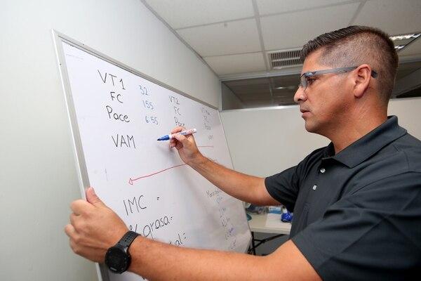 Al terminar la prueba de esfuerzo Luis Camacho le explica qué significa cada dato y cómo puede utilizarnos en función de su rendimiento deportivo. Fotos y videos: John Durán