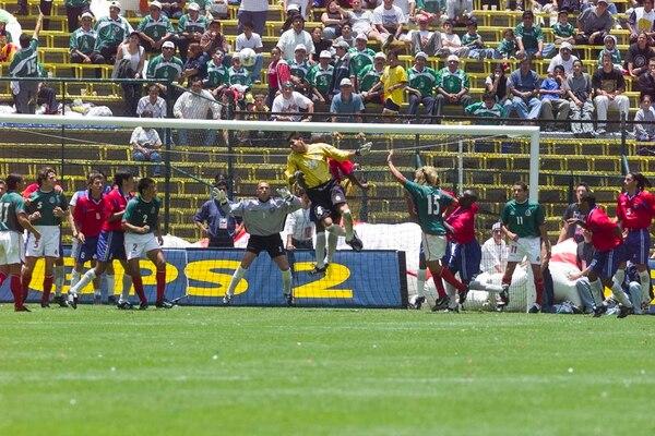 El portero de México Oswaldo Sánchez estuvo cerca de empatarle a Costa Rica en el Aztecazo