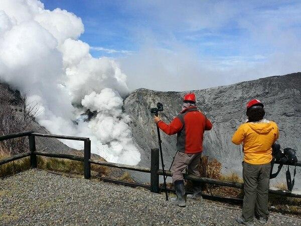 Vulcanólogos hacen inspecciones en el volcán Turrialba.