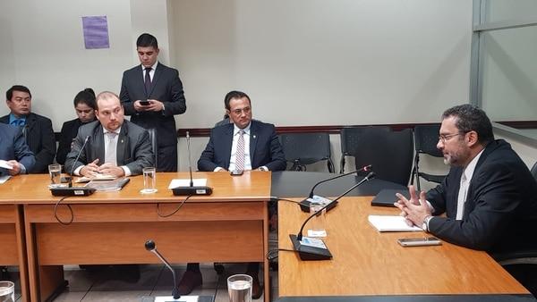 En la foto, Paul Rueda (a la derecha) comparece en la Comisión de Nombramientos. Lo observa el diputado Pablo Heriberto Abarca. Foto: Cortesía