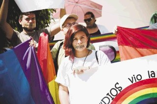 Grupos civiles costarricenses también marcharon ayer hasta la Embajada de Honduras en San José, exigiendo justicia por los asesinatos de homosexuales y bisexuales ocurridos en suelo hondureño. | DANIELA LINARES.
