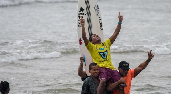 Jair Pérez levanta sus brazos tras ganar en Playa Avellanas el pasado 2 de junio y convertirse en el nuevo campeón del Circuito Nacional de Surf, en su edición 2019. Fotografías: Alfredo Barquero