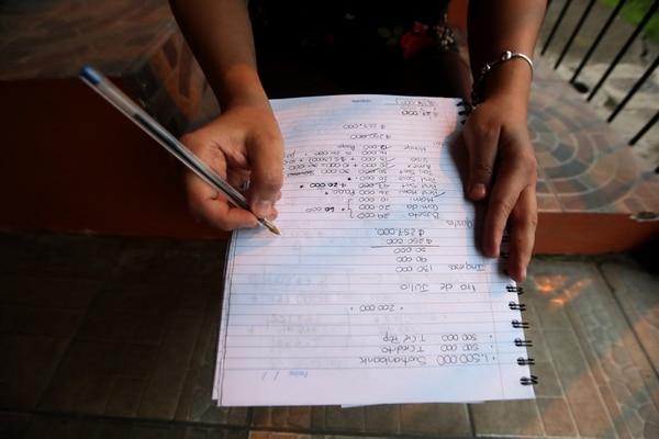 """""""Uno se va enredando solo, cuando ve saca un préstamo para cubrir otra cosa pero eso no viene a solucionar absolutamente nada"""", afirmó Natalia Solano en su casa, en Alajuelita. /Fotografía: John Durán"""