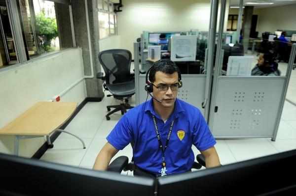 Edgardo Muñoz, es uno de los 135 operadores del 9-1-1. Cada día se atiende un promedio de 12,000 llamadas. Fotos Melissa Fernández Silva