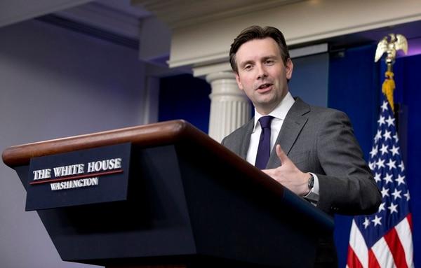 El vocero de la Casa Blanca, Josh Earnest, afimó ayer que el Gobierno está considerando una respuesta 'proporcional' al ciberataque.   AP