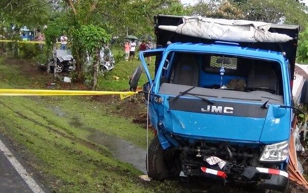 Debido al violento impacto, el auto quedó destrozado fuera de la carretera, en Florencia de San Carlos. Chocó contra este camión.   CARLOS HERNÁNDEZ
