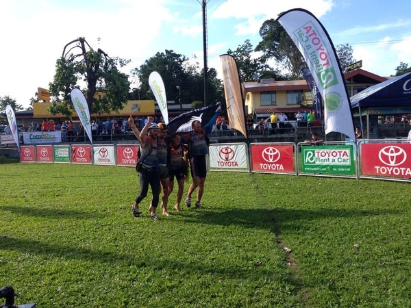 El equipo Thule celebra el título de campeón del Mundial de Aventura en la plaza de fútbol de Puerto Viejo de Sarapiquí.