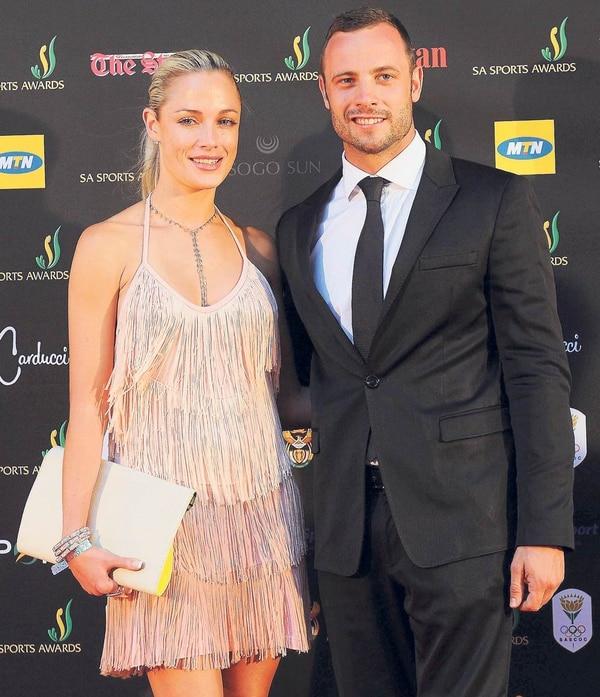 Foto de archivo, del 4 de noviembre de 2012, que muestra al atleta sudafricano Oscar Pistorius junto a su novia, la modelo Reeva Steenkamp, en Pretoria (Sudáfrica).