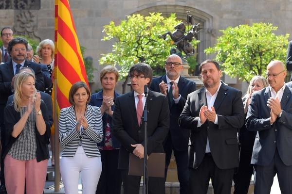 Carles Puigdemont (centro), presidente de la Generalitat.