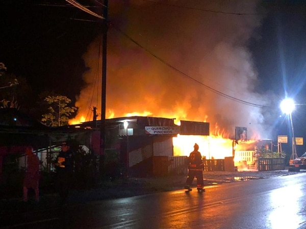 Los bomberos tardaron unos 30 minutos en poder apagar las llamas. Foto Édgar Chinchilla.