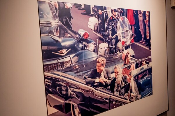 En el pasillo de inducción a los previos del magnicidio luce, en tamaño gigante, la imagen de John. F Kennedy a tan solo segundos de ser asesinado por un francotirador, ante el espanto y asombro de su esposa, Jackie Kennedy. Foto Museo John F. Kennedy/Dallas