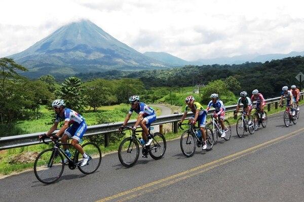 Con la presencia del imponente Volcán Arenal, los ciclistas tuvieron una desgastante etapa de 129 kilómetros entre Ciudad Quesada y La Fortuna de San Carlos. | EDGAR CHINCHILLA