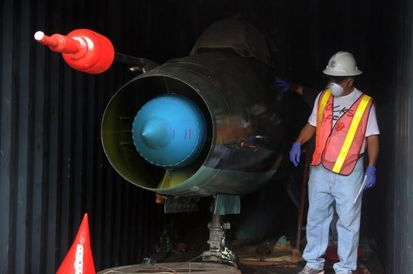 Un hombre trabajaba el domingo, en Panamá, en la revisión de uno de los dos aviones MiG-21. | AFP.