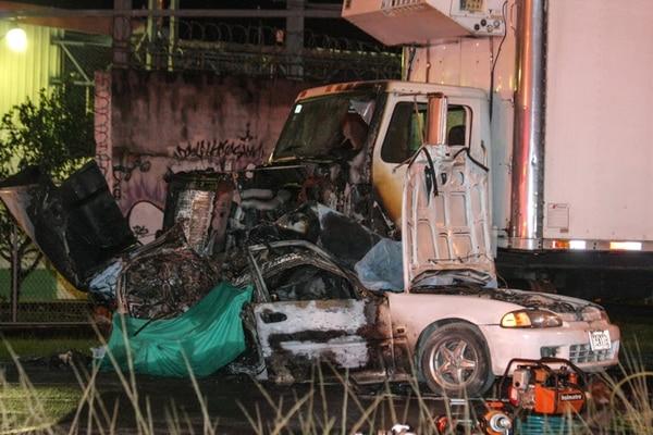 El automóvil Honda Civic se incendió luego del aparatoso choque primero contra un poste y luego contra un camión. | JEFREY ZAMORA
