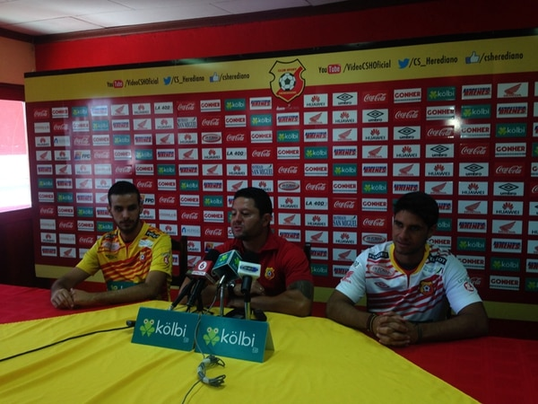 Yendrick Ruiz (izquierda) y Pablo Salazar escuchan las palabras de Jafet Soto, gerente deportivo de los rojiamarillos, después de firmar un nuevo compromiso por dos y tres temporadas largas, respectivamente. | JOSÉ LUIS RODRÍGUEZ
