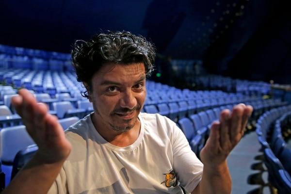 Doble. Marcelo Perna silba y actúa en el espectáculo Corteo . Albert Marín.