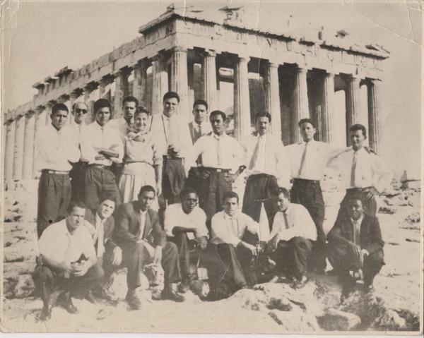 En 1960, Liga Deportiva Alajuelense realiza una exitosa gira mundial. Los manudos visitan el Caribe, Europa y Asia, en los que disputaron 24 encuentros, con un balance de 14 victorias, tres empates y siete derrotas. En la gráfica, la delegación en Atenas, Grecia. Créditos: Museo Virtual Liga Deportiva Alajuelense