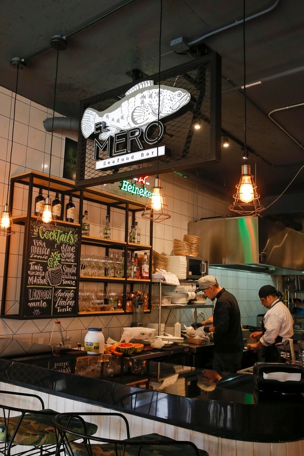 Las cocinas del mercado gastronómico Por Media Calle están abiertas a los curiosos. en El mero se especializan en platillos con ingredientes del mar. Foto: Mayela López