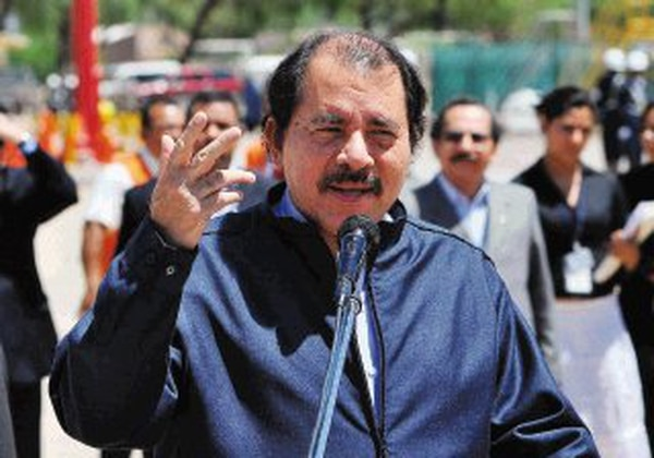 El presidente Daniel Ortega será candidato en las elecciones del 2011 gracias a un pronunciamiento judicial. La foto es del 17 de octubre, cuando llegó a Bolivia para participar en la cumbre del ALBA.   EFE