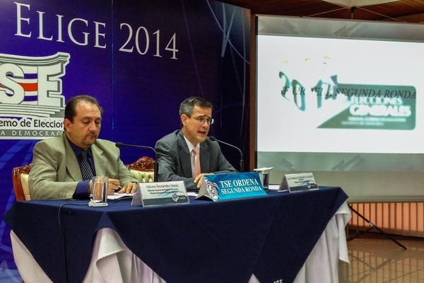 El presidente del TSE, Luis Antonio Sobrado (der), y el director del Registro Electoral, Héctor Fernández, dieron a conocer esta mañana los resultados oficiales de la elección presidencial del 2 de febrero.