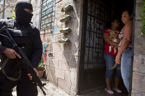 Agentes de la Policía Nacional patrullaban en el suburbio de Mejicanos, en San Salvador, como parte de una operación de búsqueda de armas. Fue en agosto del 2014.