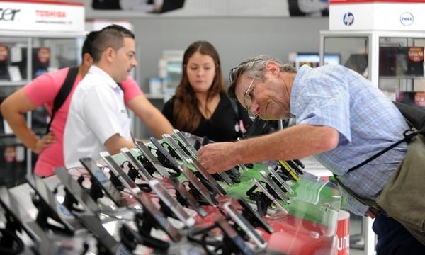 En el centro de San José, los escaparates de teléfonos son uno de los puntos más visitados por posibles compradores. Así ocurrió el lunes en un local de la cadena Casa Blanca. | GRACIELA SOLÍS