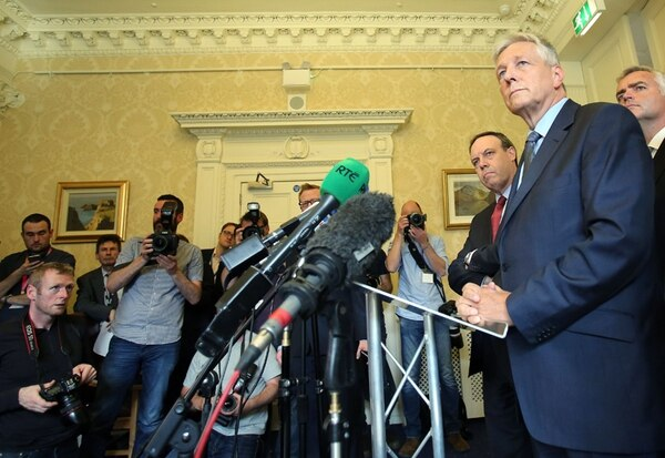 El ministro principal de Irlanda del Norte, Peter Robinson (derecha), habló el jueves de la crisis en el Castillo de Stormont en Belfast.   AFP