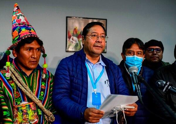 El candidato presidencial izquierdista de Bolivia, Luis Arce, del partido Movimiento por el Socialismo, habla, flanqueado por su compañero de fórmula David Choquehuanca (segundo a la derecha), durante una conferencia de prensa, el 19 de octubre del 2020, en La Paz, Bolivia. Foto: AFP