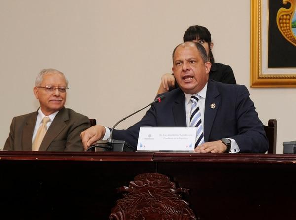 El presidente Solís y el ministro de Hacienda, Helio Fallas (izq.) avalaron quitar la norma que limitaba el tamaño del gasto en el 2016. | GRACIELA SOLÍS
