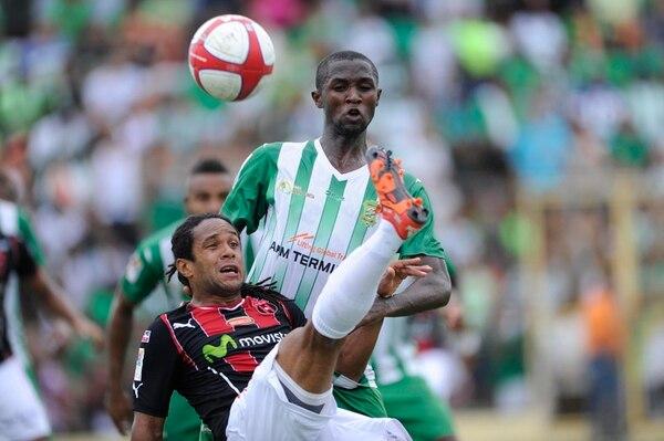 El manudo Jonathan McDonald intenta rematar con la pegajosa marca de Alvin Bennett en el cerrado partido disputado en el Estadio Juan Gobán. | JOSÉ CORDERO