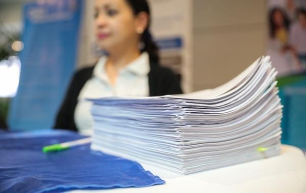 En las vacantes de Administración y otros cargos gerenciales se presentan hasta 263 aplicaciones por oferta de empleo. Esta imagen corresponde a una feria de empleo. Jeffrey Zamora / Archivo GN)