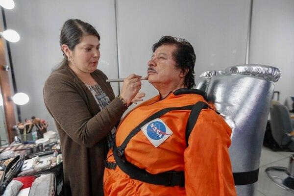 Durante los 17 años que tiene de formar parte de 'El Chinamo' la maquillista Priscilla Corrales ha sido la encargada de preparar antes de sus presentaciones a Carlos Ramos. Fotografía José Cordero