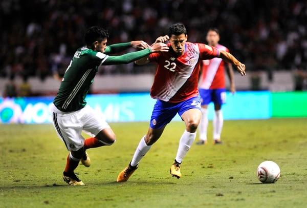 Daniel Colindres jugó su primer partido de la hexagonal rumbo a Rusia 2018. En la acción, presiona al mexicano Carlos Vela. | RAFAEL PACHECO