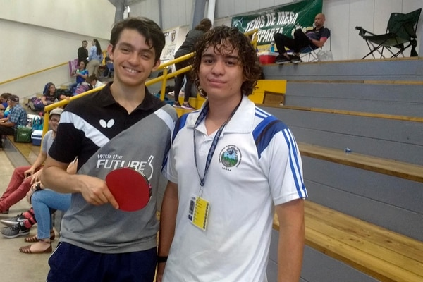 Alfredo Sánchez (izquierda) junto a su entrenador Arturo Silesky (derecha), luego de ganar el partido de dobles mixto ante San José en tenis de mesa. Fotos: Manuel Baltodano