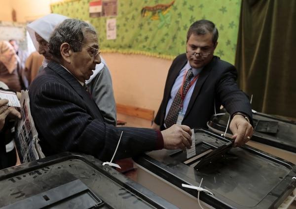 Los colegios electorales abrieron sus puertas en Egipto para que los ciudadanos acudan a votar la nueva Constitución, en un referéndum que ha sido boicoteado por los Hermanos Musulmanes y sus aliados islamistas.